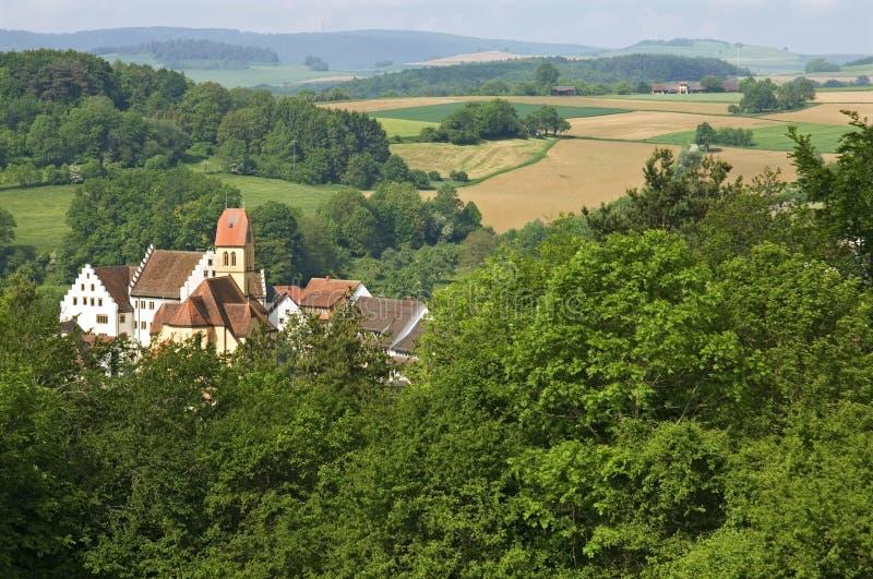 在山和农田中的城堡布卢门贝里 库存图片