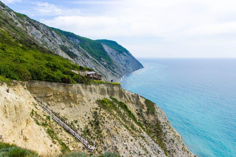 在山和海的夏天风景 r 免版税库存图片