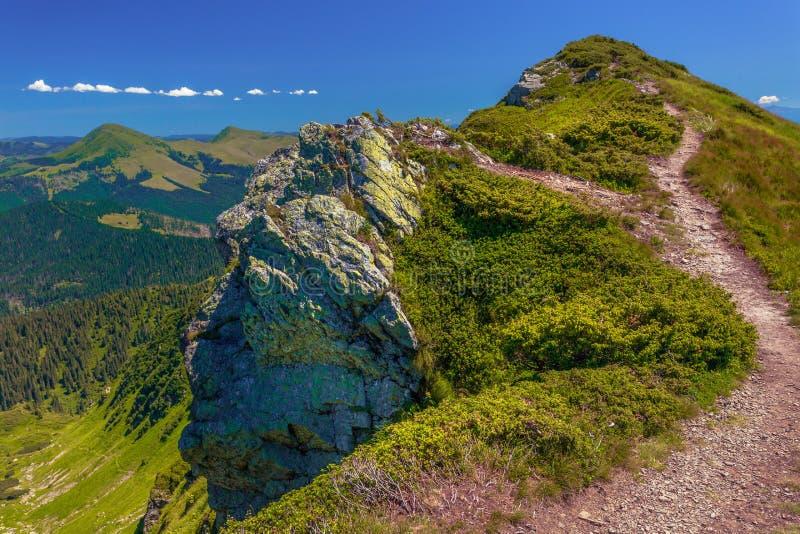 在山和深蓝天空的夏天风景与云彩 免版税图库摄影