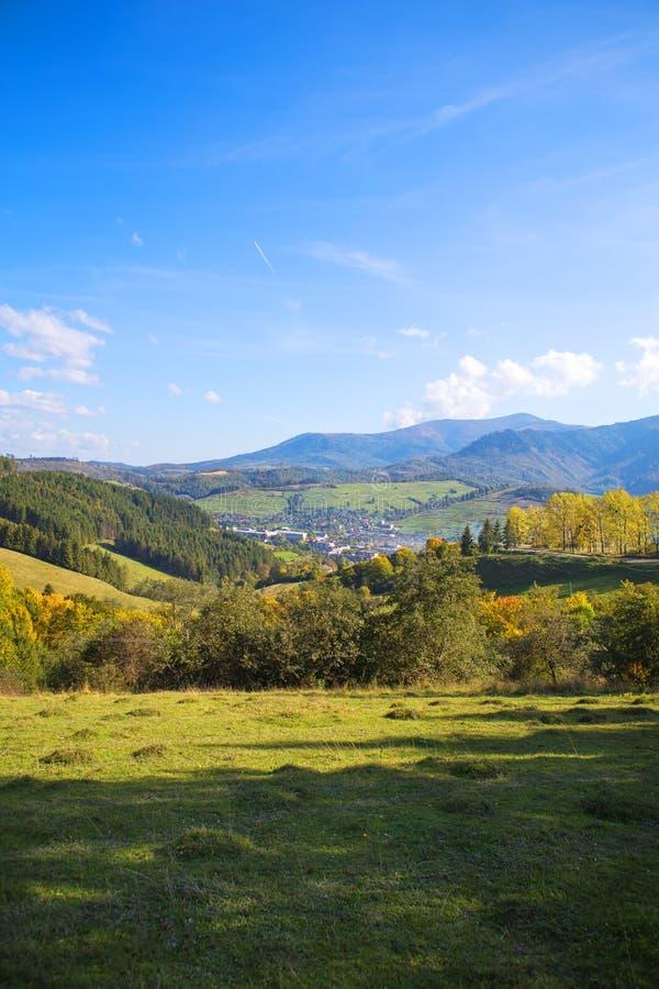 在山和深蓝天空的夏天风景与云彩 免版税库存图片