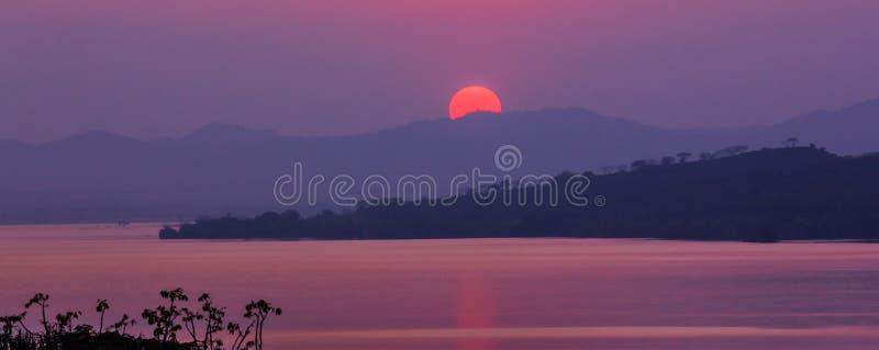 在山和湖的日落 库存照片