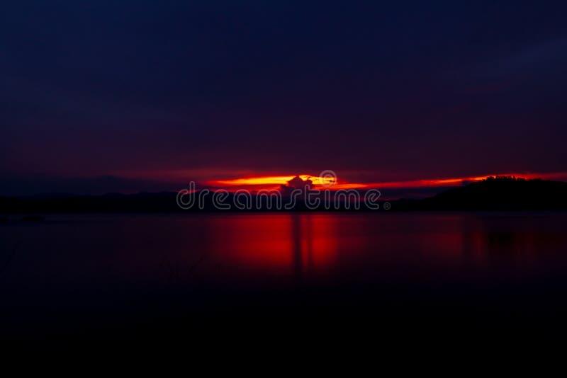 在山和湖的红色和紫色日落天空 美丽的平衡的天空 庄严日落天空 E E 免版税库存图片