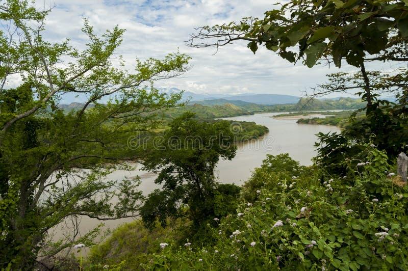 在山和自然之间的河 免版税库存图片