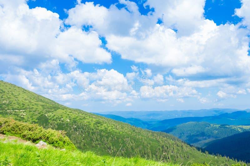 在山和蓝天的夏天风景与云彩 免版税库存照片