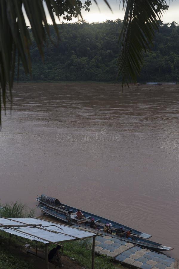 在山和阴霾之间的Nam Ou河在北部 免版税图库摄影