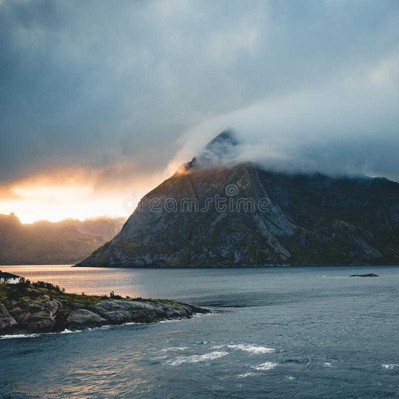 在山和Lofoten海岛海的剧烈的日落在挪威 免版税库存照片
