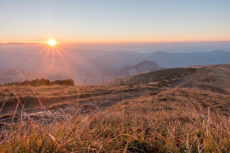 在山土坎的惊人的日出 库存照片