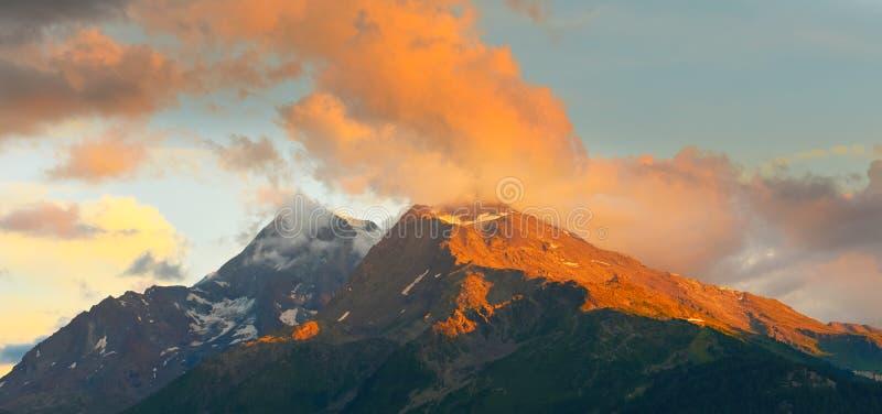 在山在夏天,阿尔卑斯,法国上的日落 免版税库存照片