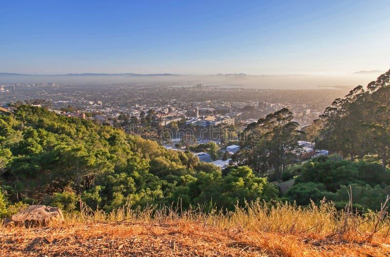 在山在日落,旧金山,加利福尼亚,美国的旧金山湾视图 图库摄影