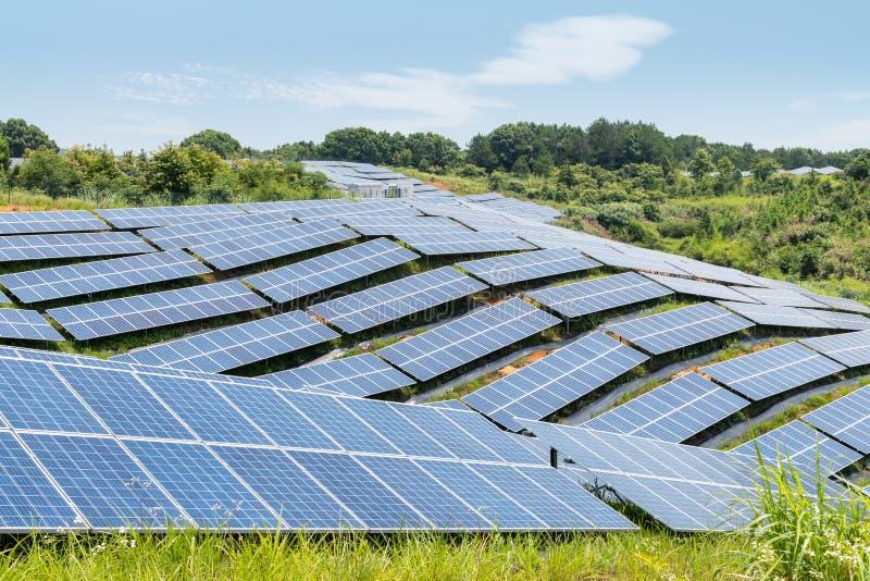 在山坡的太阳能 免版税库存图片
