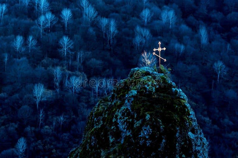 在山埋葬的美好的老十字架 库存照片