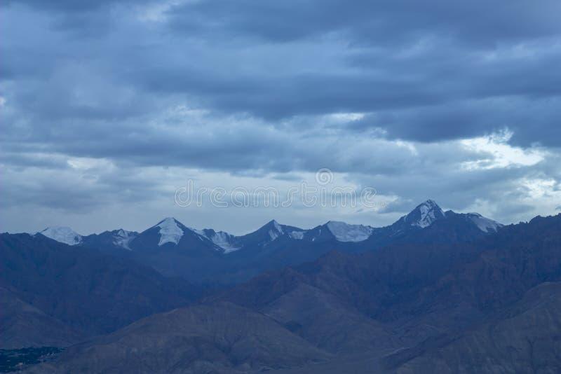在山多雪的山峰的冷的天空在晚上 库存图片