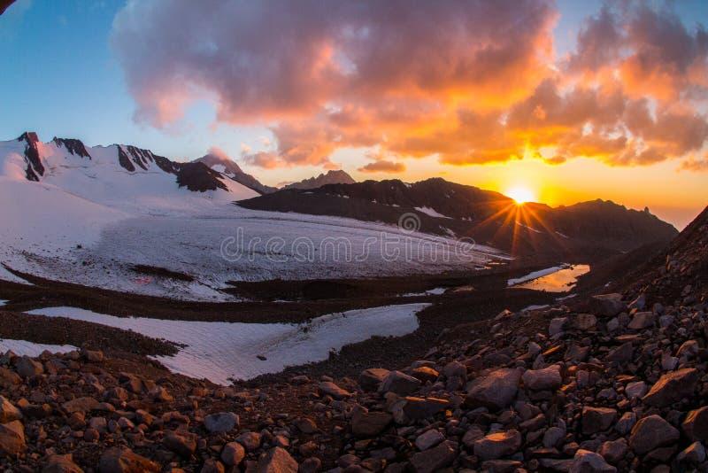 在山天山,南哈萨克斯坦的美好的日落 免版税库存图片