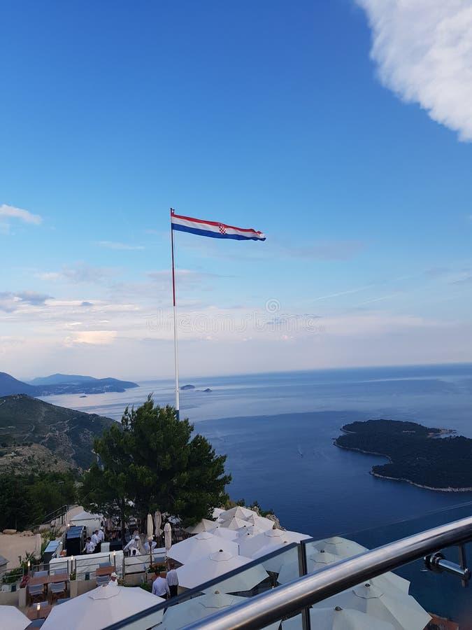 在山天空蔚蓝的克罗地亚旗子 免版税图库摄影