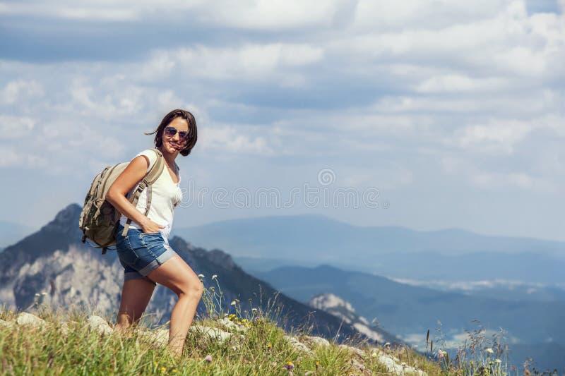在山小山的妇女步行 免版税库存照片