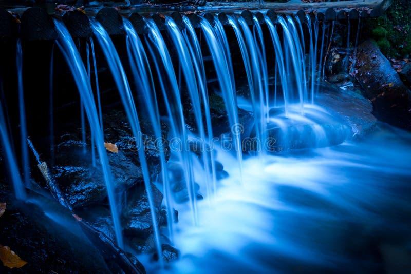 在山小河的好的瀑布 图库摄影