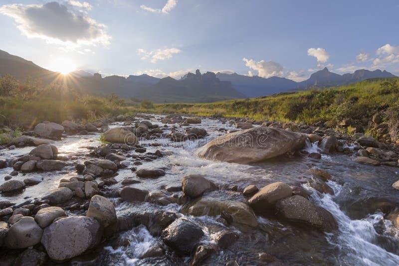 在山小河的日落 免版税库存照片