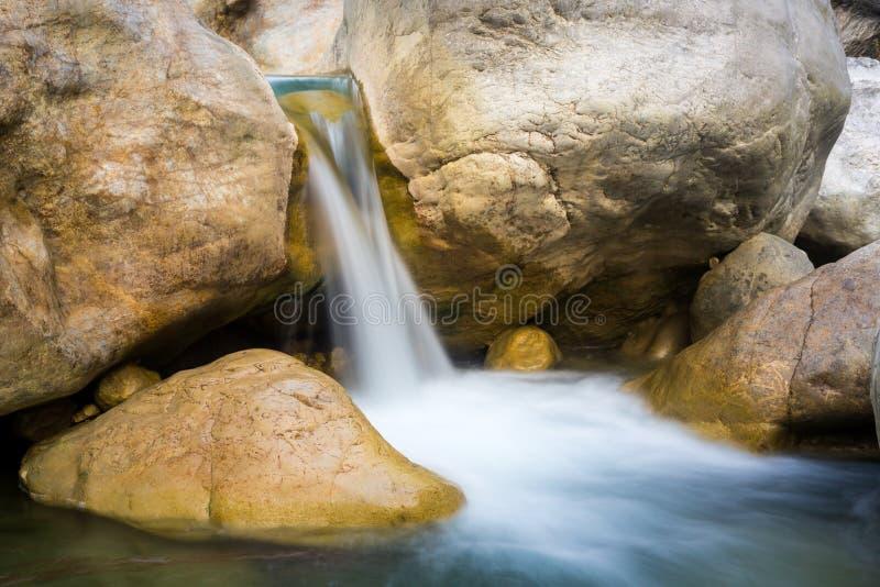 在山小河的瀑布 库存图片