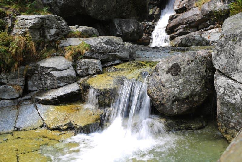 在山小河的瀑布 免版税库存照片
