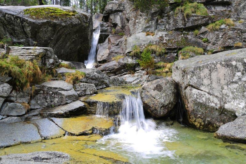 在山小河的瀑布 库存照片