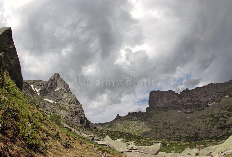 在山峰上的云彩 自然公园Ergaki,俄罗斯 库存照片
