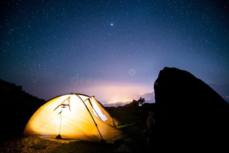 在山峰上的满天星斗的天空 库存照片
