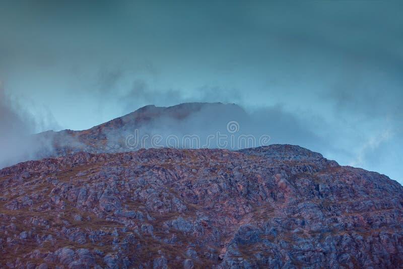 在山峰的多云天空 图库摄影