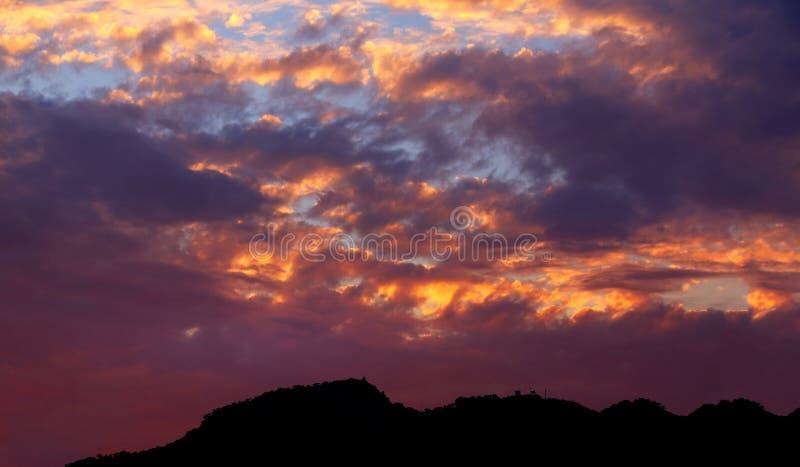 在山峰的火热的日落 图库摄影