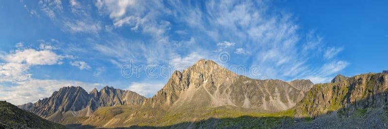 在山峰的美丽的天空在7月 免版税图库摄影