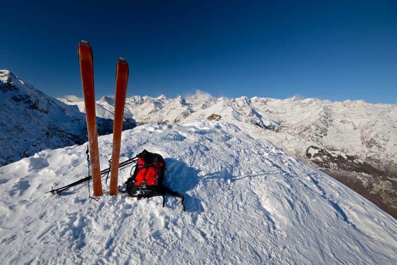 在山峰通过滑雪游览 库存照片