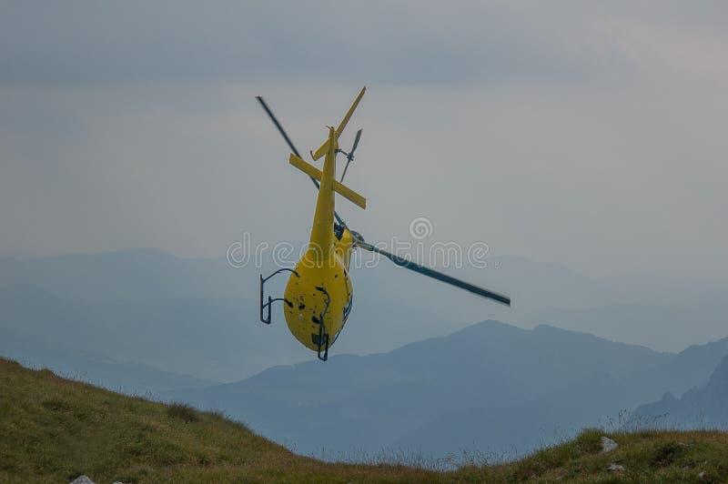 在山抢救的直升机 免版税库存照片