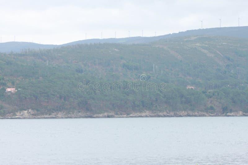 在山旁边的海 库存照片