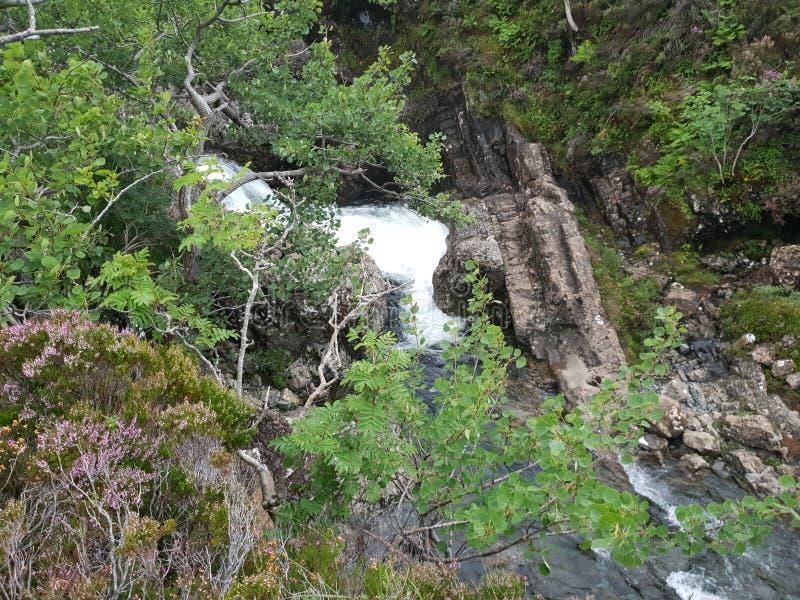 在山景piont的瀑布在森林石头 免版税库存图片