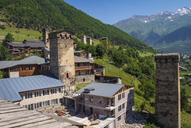 在山村的看法有古老Svan的在Mestia, Svaneti,乔治亚耸立 库存照片