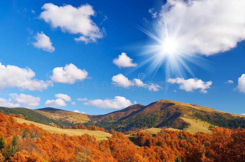 在山森林秋天风景的小屋 免版税库存照片