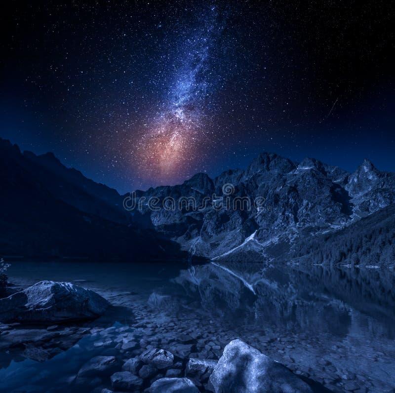 在山湖在晚上,波兰的银河 免版税图库摄影