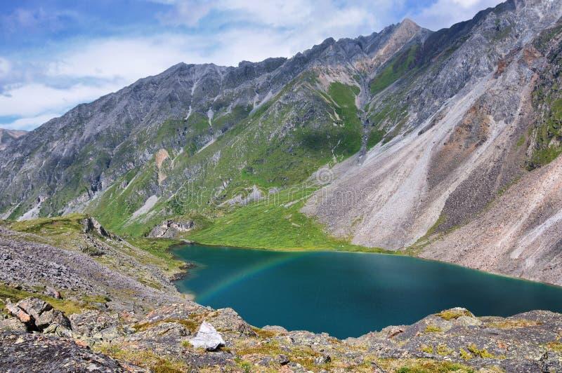 在山湖的一条小的彩虹 库存照片