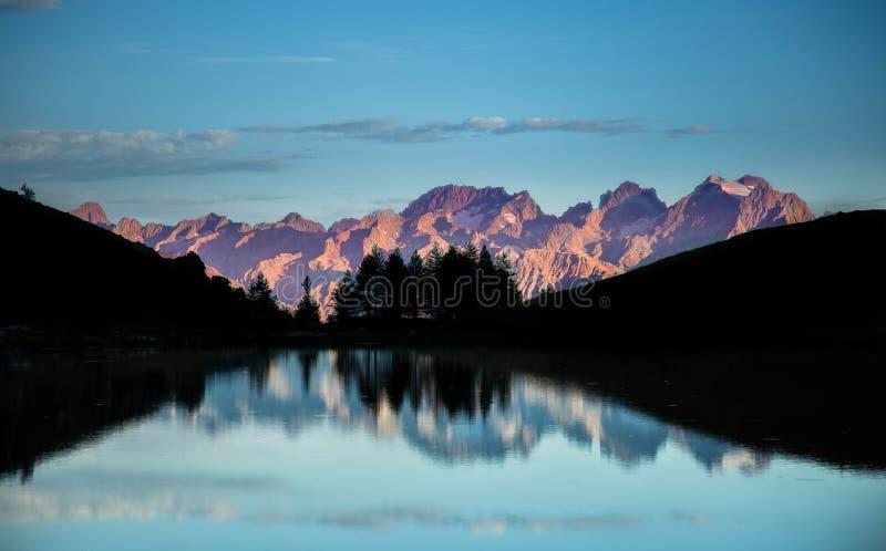 在山湖的日出 免版税库存照片