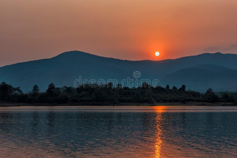 在山湖的日落在清莱,在泰国北部 库存图片