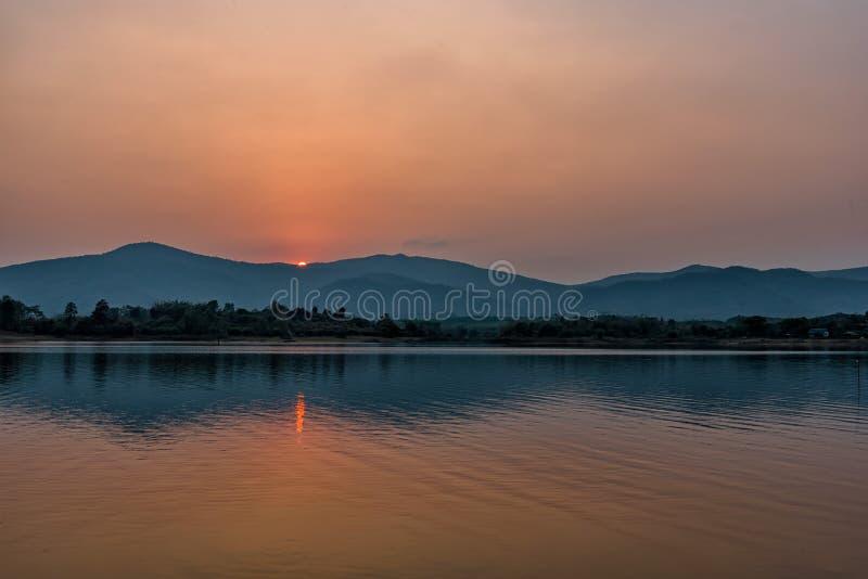 在山湖的日落在清莱,在泰国北部 免版税库存照片