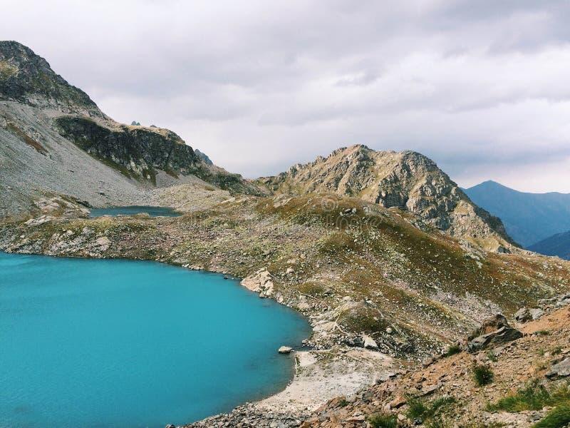 在山湖的看法在高加索 免版税库存照片