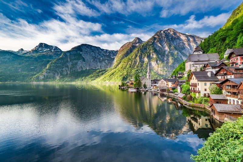 在山湖的美妙的黎明在Hallstatt,阿尔卑斯,奥地利,欧洲 免版税库存照片