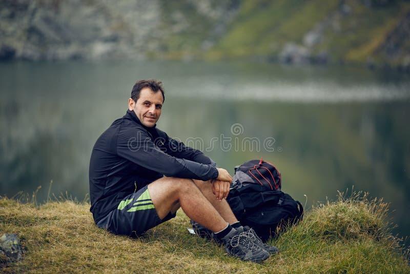 在山湖附近的远足者 库存照片