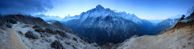 在山珠穆琅玛,喜马拉雅山的日出 库存图片