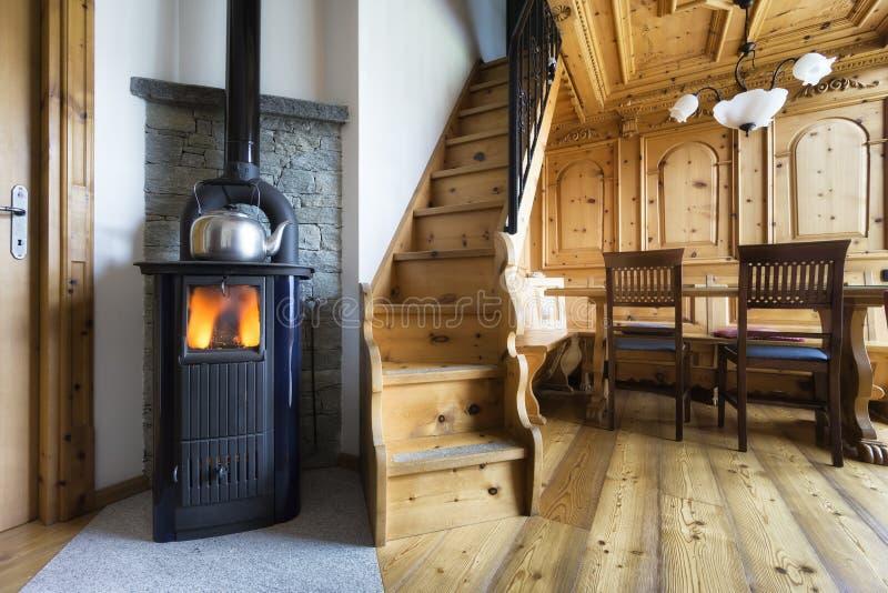 在山瑞士山中的牧人小屋的火炉 库存图片