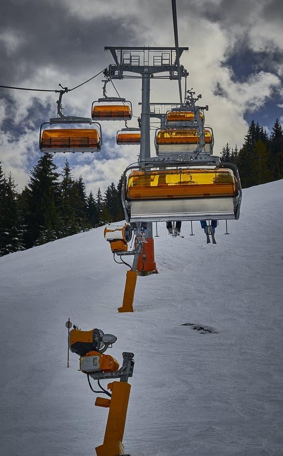 在山的上面的一辆驾空滑车 库存图片