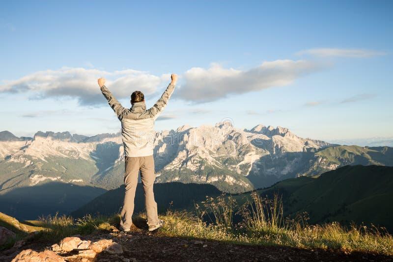 在山的上面的人 免版税库存照片