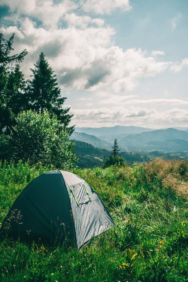 在山的上面的帐篷 库存照片