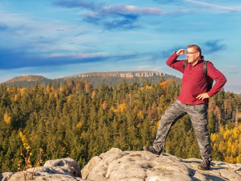 在山的上面的愉快的徒步旅行者 库存图片