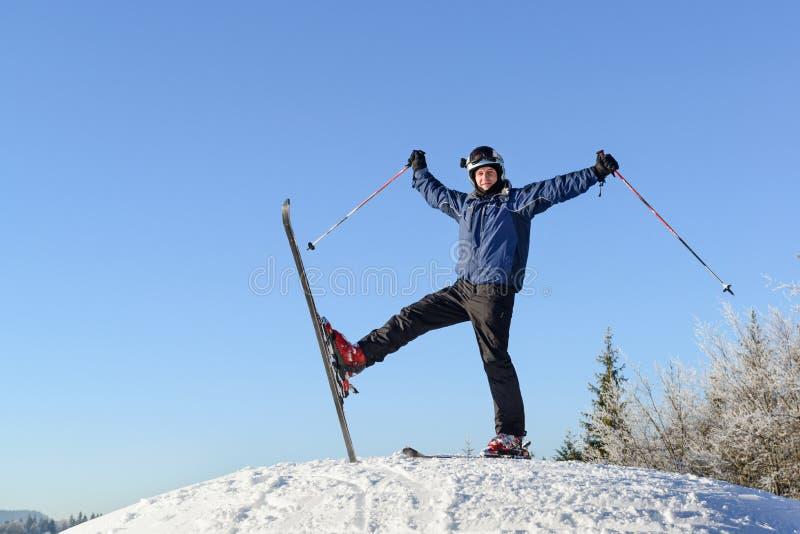 在山的上面的愉快的滑雪者 免版税图库摄影